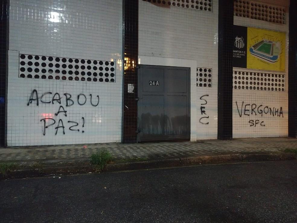 Las paredes de Vila Belmiro están pintadas tras la derrota de Santos en la Libertadores - Foto: Bruno Rios / ATribuna.com.br