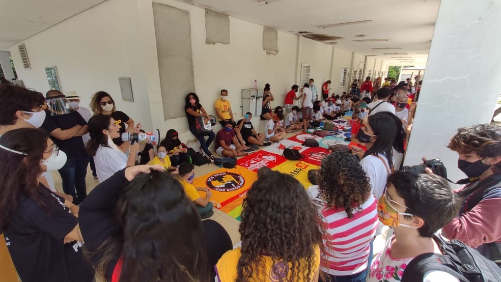 Durante ato, manifestantes ocuparam prédio da reitoria da Ufersa — Foto: Isaiana Santos