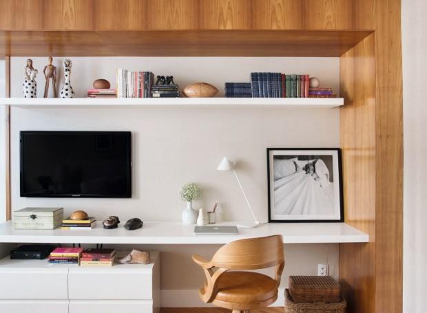 Área do home office e da televisão no quarto  (Foto: Denilson Machado / MCA Estúdio / Divulgação)