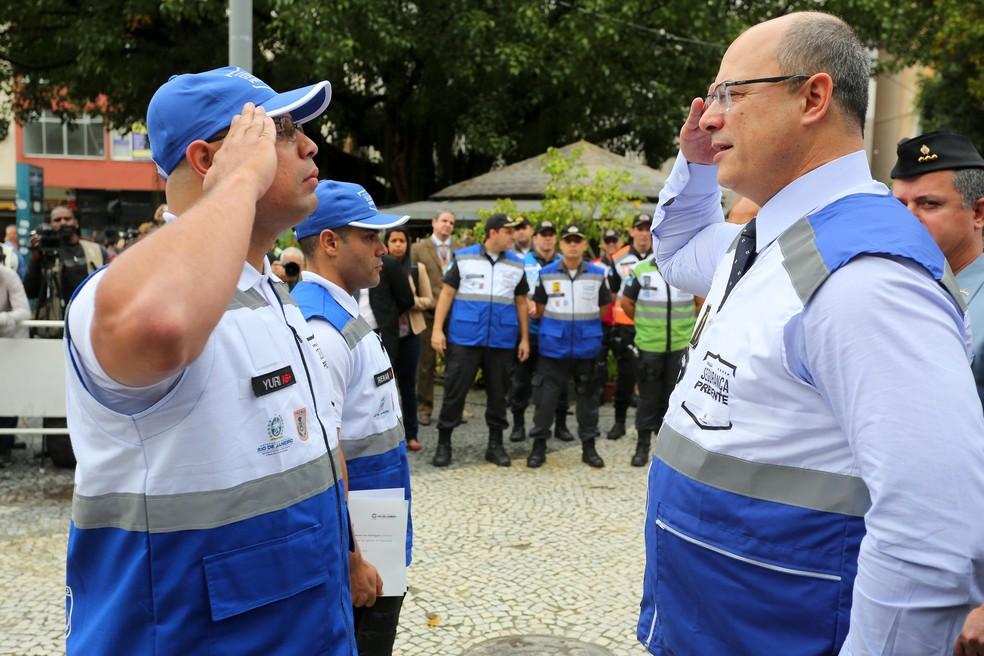 Wilson Witzel bate continência para agente do Segurança Presente — Foto: Philippe Lima/Divulgação/Governo do Estado do RJ