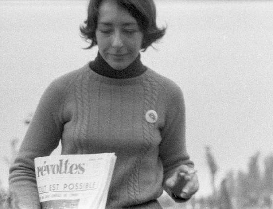 Moça carrega o jornal da esquerda trotskista Révoltes (Revoltas) (Foto: Philippe Gras)