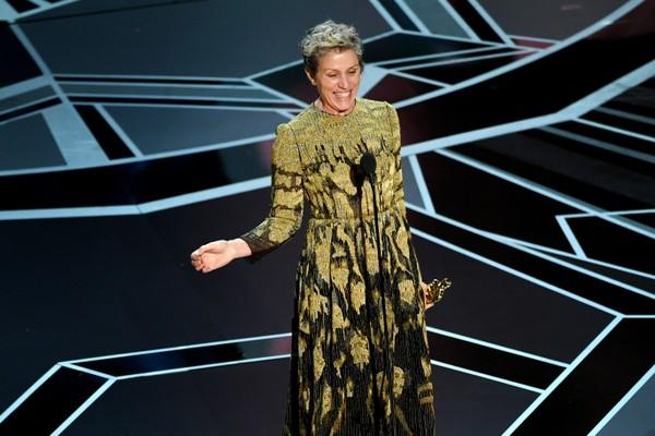 A atriz Frances McDormand com o seu Oscar na cerimônia de 2018 (Foto: Getty Images)