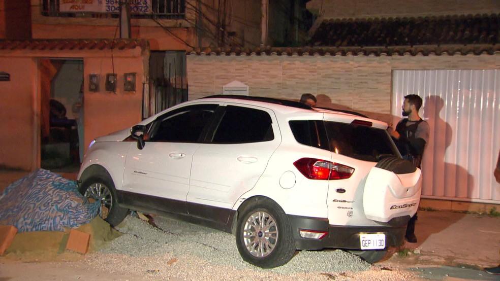 Carro bateu na Rua Honório Bicalho, na Penha — Foto: Reprodução/TV Globo