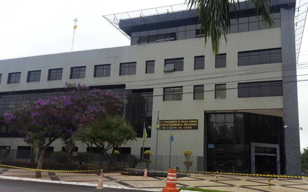 Presos estão sendo levados para a sede da Polícia Federal em Goiânia (Foto: Thaís Luquesi/TV Anhanguera)