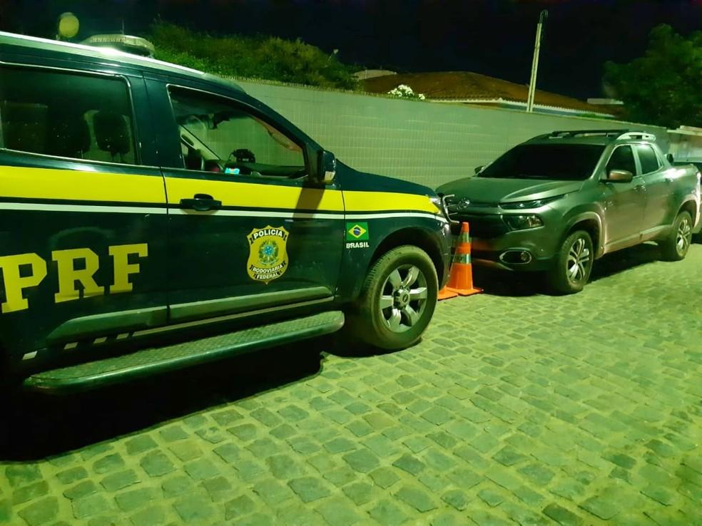 Caminhonete foi recuperada na BR-232, em Pesqueira — Foto: Polícia Rodoviária Federal