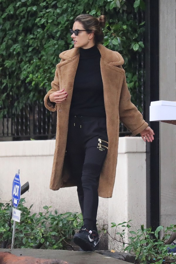 Brentwood, CA  - All dressed for winter, Alessandra Ambrosio walks to her waiting SUV to head to LAX.  Alessandra stays outfittedPictured: Alessandra AmbrosioBACKGRID USA 4 DECEMBER 2019 BYLINE MUST READ: BACKGRID / BACKGRIDUSA: +1 310 798 (Foto: BACKGRID / BACKGRID)
