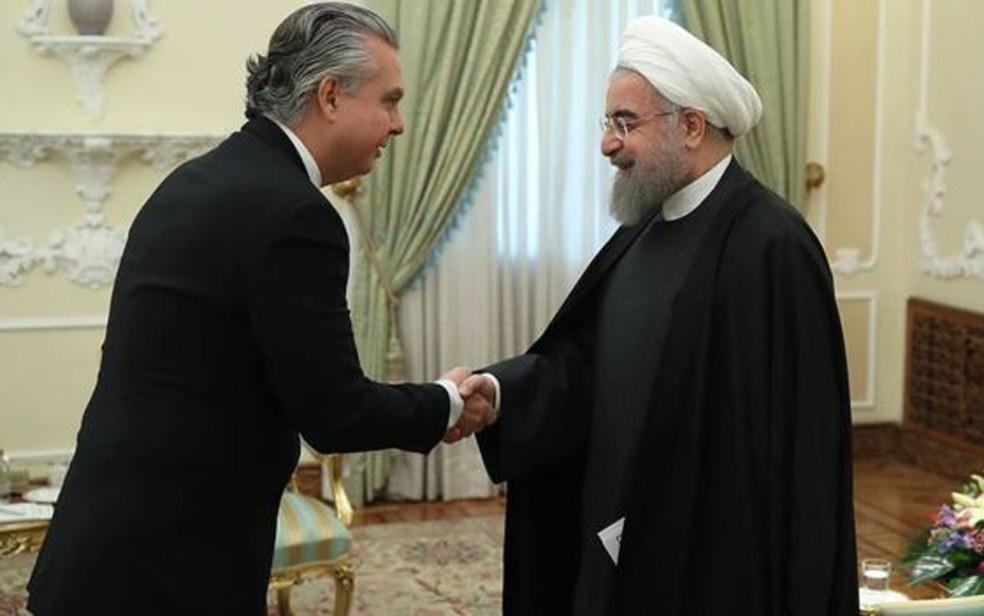 Embaixador brasileiro em Teerã, Rodrigo de Azeredo Santos, apresentando suas credenciais ao presidente do país, Hassan Rouhani, em 2017 — Foto: Divulgação/Itamaraty