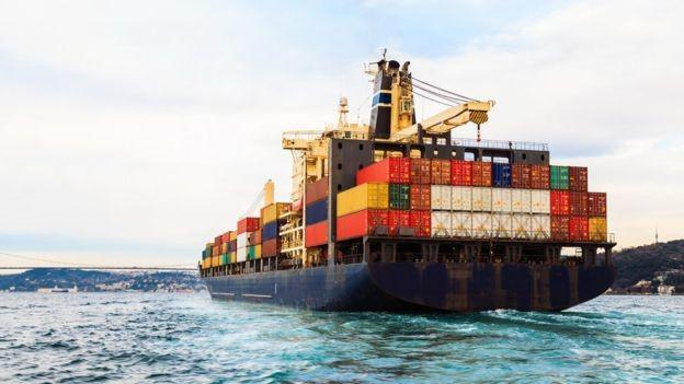 A guerra comercial entre os EUA e a China pode ser o início de uma mudança de tendência no comércio global (Foto: Getty Images via BBC News Brasil)