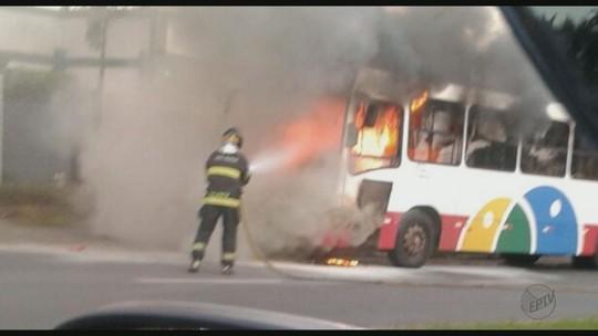 Ônibus do transporte coletivo de Araras, SP, pega fogo e fica parcialmente destruído