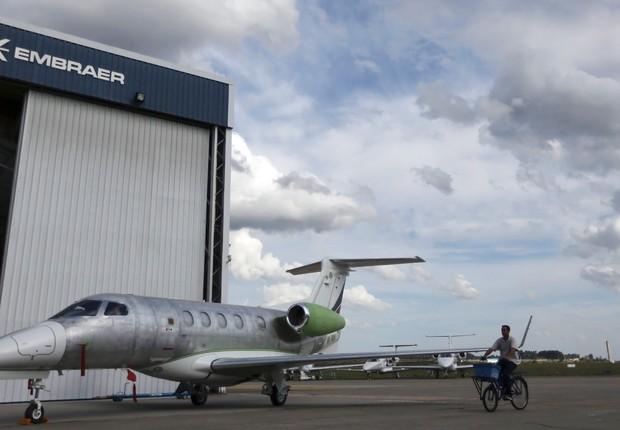 Hangar na sede da Embraer em São José dos Campos (Foto: Nacho Doce/Reuters)