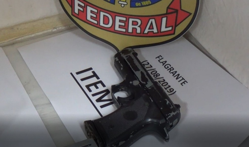 Suspeitos estavam com um simulacro — Foto: Polícia Federal/Divulgação
