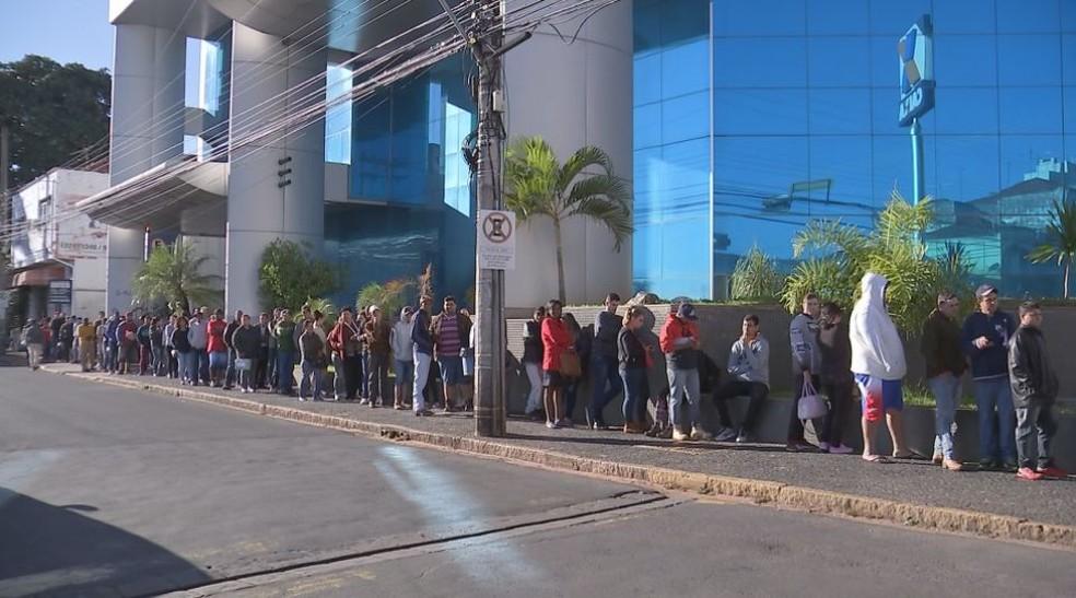 Trabalhadores enfrentaram frio e fila para sacar o dinheiro do quarto lote do FGTS em Bauru (Foto: Reprodução/TV TEM)
