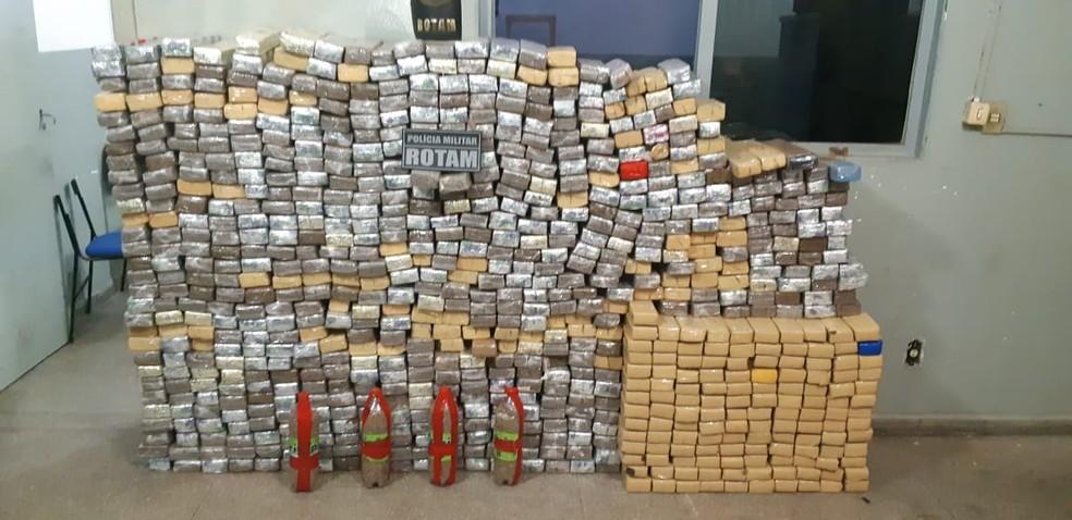 Adolescente e dois jovens são detidos com quase 800 tabletes de maconha em Mato Grosso — Foto: Emerson Sanchez/TV Centro América