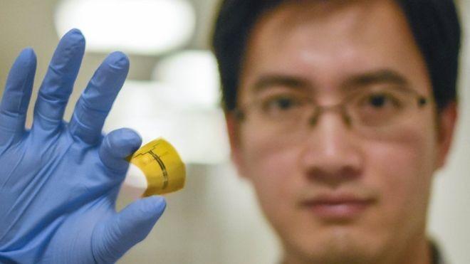 Pesquisador Xu Zhang segura antena flexível de rádiofrequência (Foto: XIANJING ZHOU/MIT via BBC)