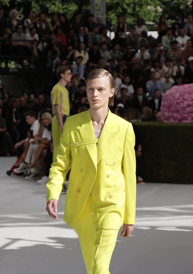 O terno usado por Bella Hadid, da coleção de verão 2019 da Dior Homme (Foto: Gerson Lirio Paris/FashioToMax)
