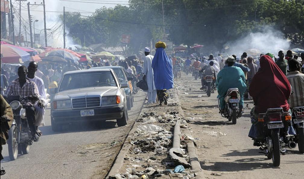 Imagem de arquivo mostra rua movimentada de Maiduguri, na Nigéria, onde o grupo radical Boko Haram vem sendo acusado por uma série de assassinatos — Foto: Susan Schulman/The New York Times