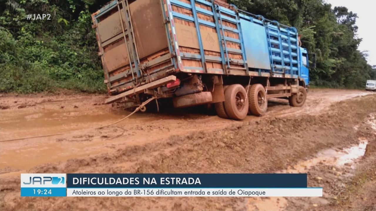 Atoleiros ao longo da BR-156 dificultam entrada e saída de Oiapoque, no AP