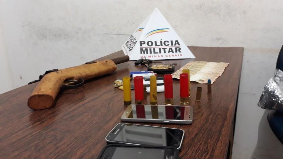 Arma e celulares foram apreendidos pela polícia com os suspeitos detidos (Foto: Valdivan Veloso/G1)