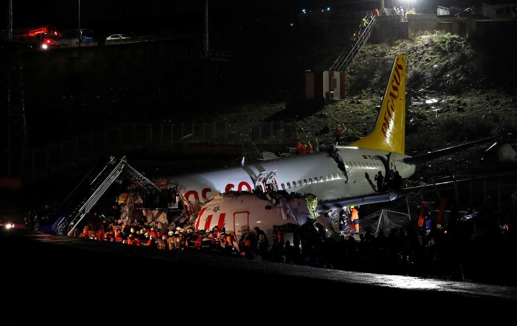 Avião da Pegasus Airlines se acidentou em Istambul — Foto: Reuters/Murad