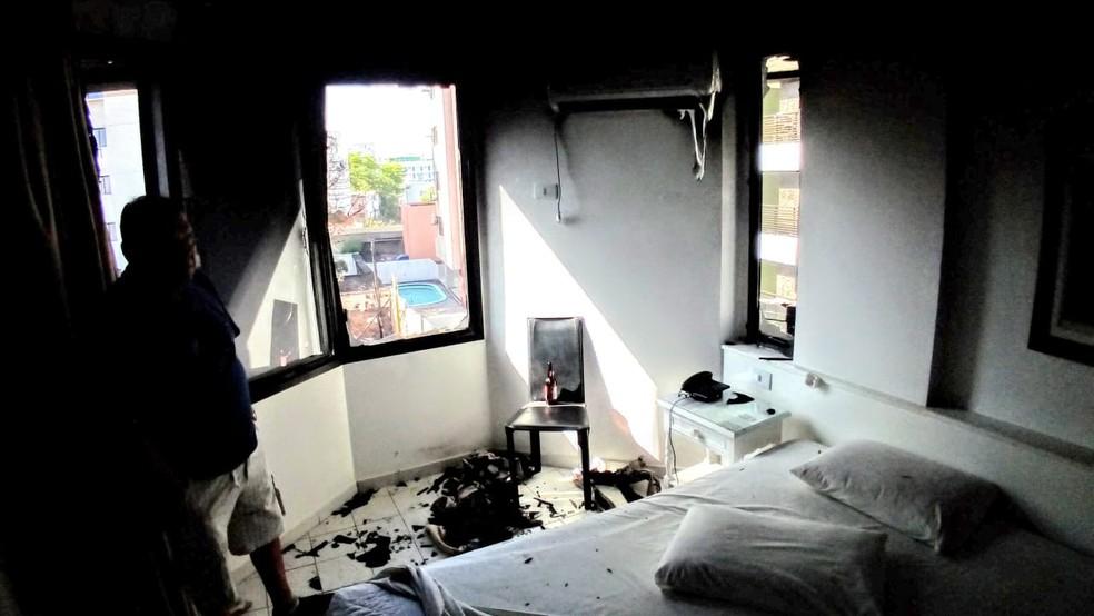 Quarto de hotel ao lado a Expofeira Tambaú foi atingido pelas chamas — Foto: Antônio Vieira/TV Cabo Branco