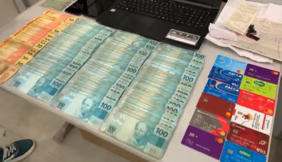 Dinheiro, cartões, computadores, celulares e um carro foram apreendidos na operação — Foto: Divulgação/ DIG de Americana