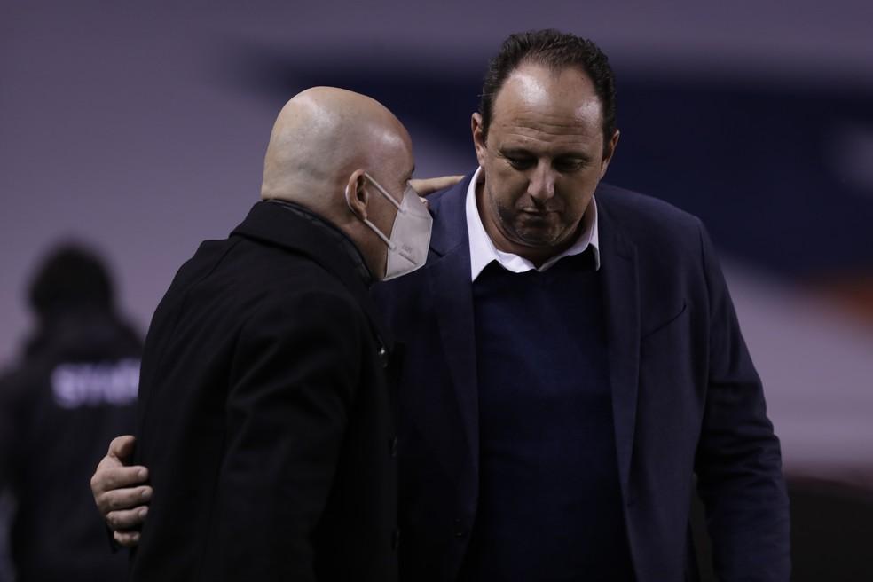 Rogério Ceni cumprimenta Pablo Repetto, técnico da LDU — Foto: Staff Images / CONMEBOL