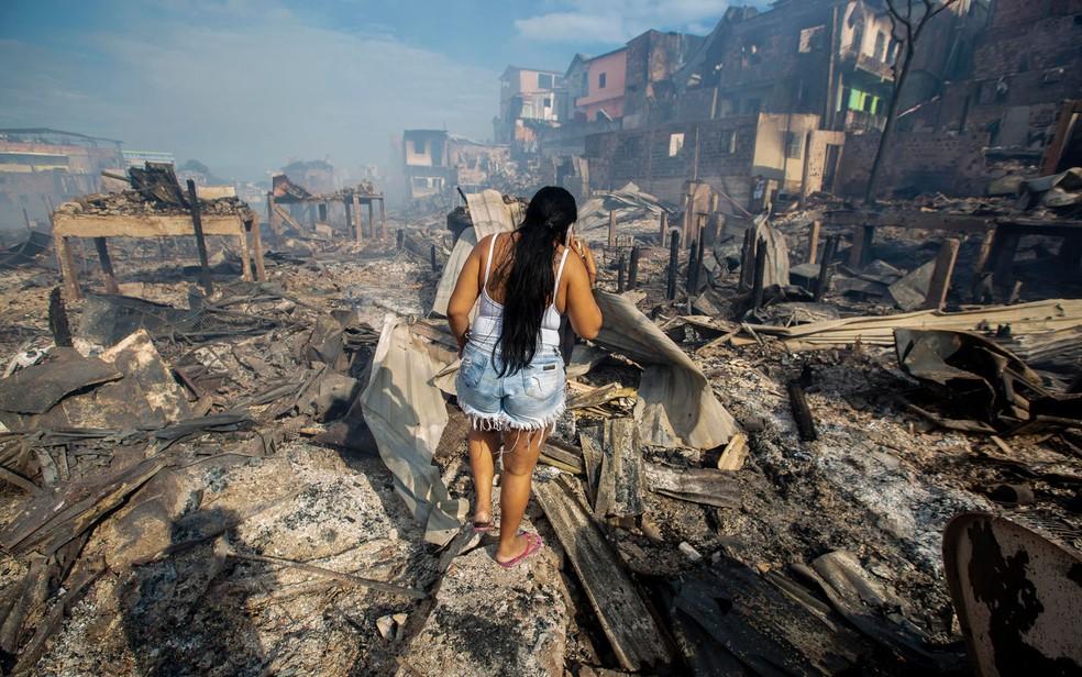 Incêndio devastou bairro Educandos, em Manaus — Foto: Suamy Beydoun/AGIF/Estadão Conteúdo