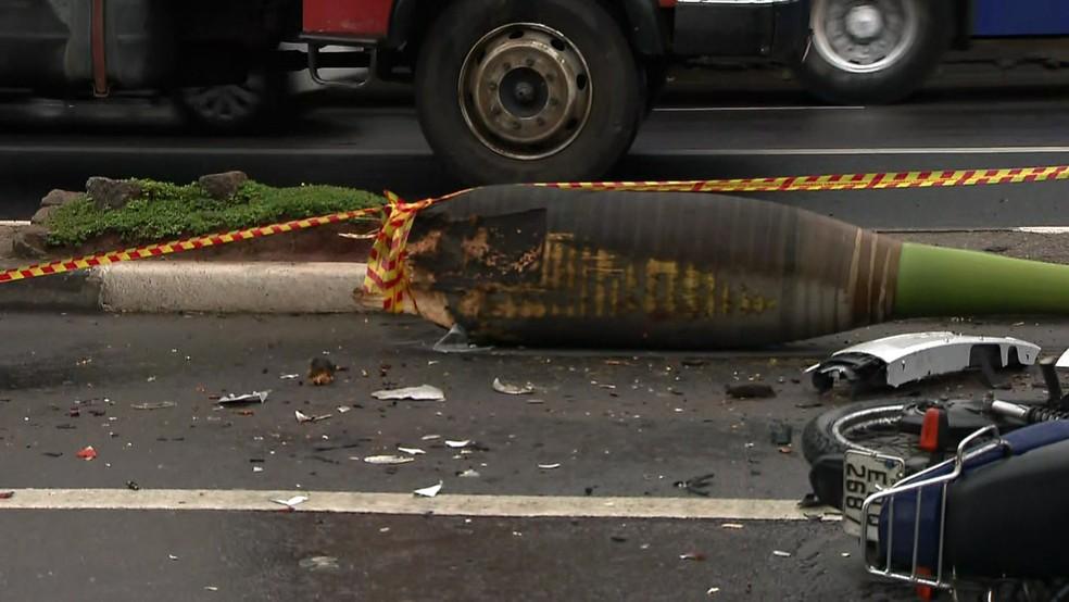 Carro perdeu controle, atingiu coqueiro e atropelou casal em moto (Foto: Reprodução/TV Globo)