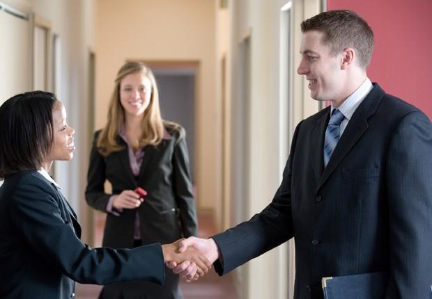 networking, trabalho, contato, aperto de mãos (Foto: Thinkstock)