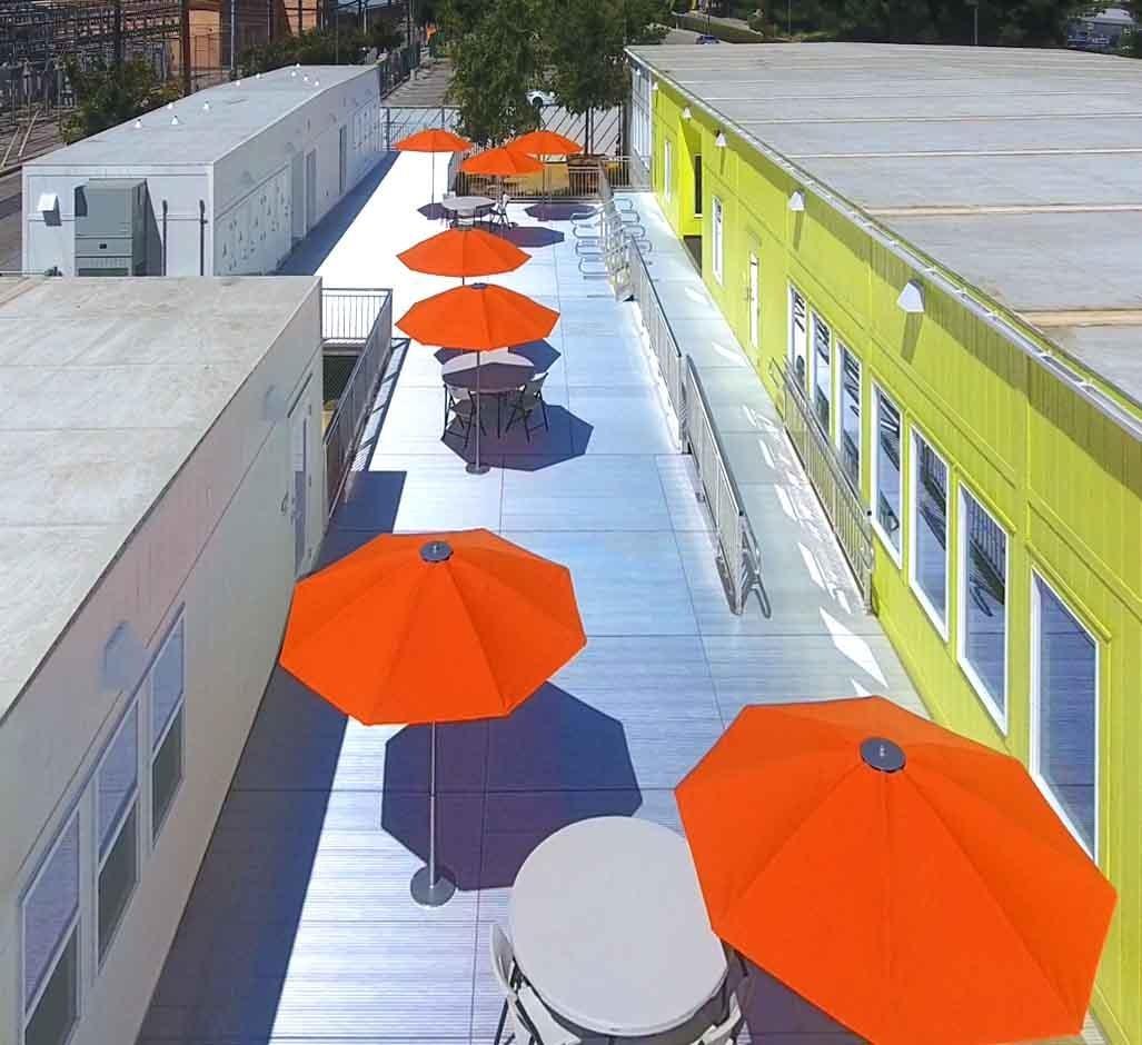 Estacionamento de Los Angeles é transformado em abrigo temporário para moradores de rua (Foto: Lehrer Architects)