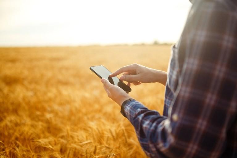 Agricultor com celular (Foto: Mapa/Divulgação)