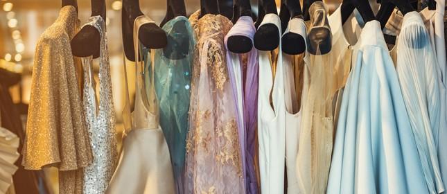 Roupas penduradas em loja de moda