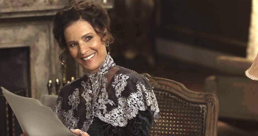 Quando vê Briana chegar feliz, Lady Margareth deduz que ela foi bem-sucedida na missão de conquistar Darcy (Foto: TV Globo)