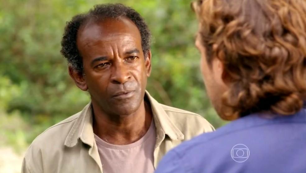 Silvestre trai Cassiano (Henri Castelli) mais uma vez e revela segredo a Alberto (Igor Rickli) - 'Flor do Caribe' — Foto: Globo