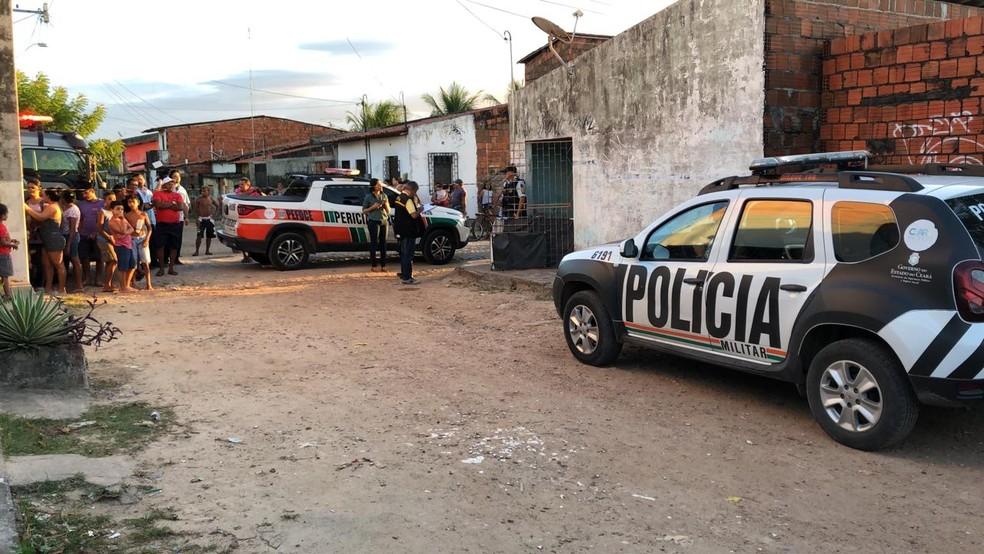 Equipes da Polícia Civil e Perícia Forense do Ceará estiveram no local  — Foto: Paulo Sadat/Sistema Verdes Mares
