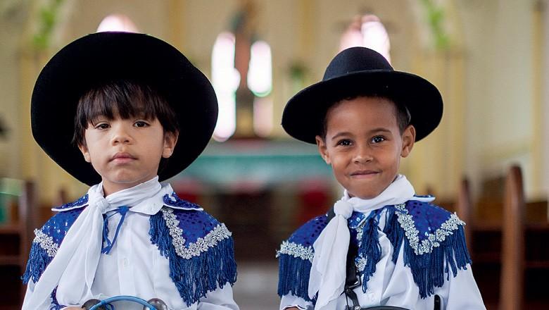 João (à esq.) e Raoni, que dão seus primeiros passos como dançadores de congo (Foto: Alexandre Mota/Nitro)