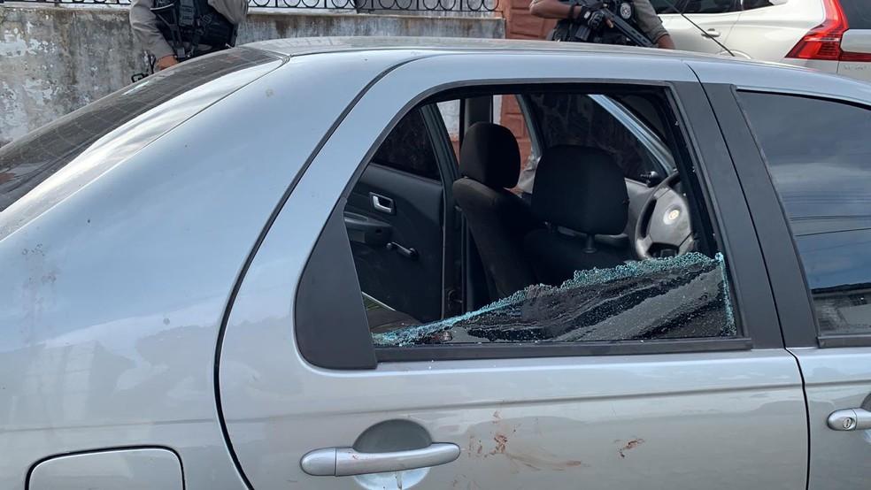 Carro foi abandonado com marcas de sangue, em João Pessoa — Foto: Walter Paparazzo/G1