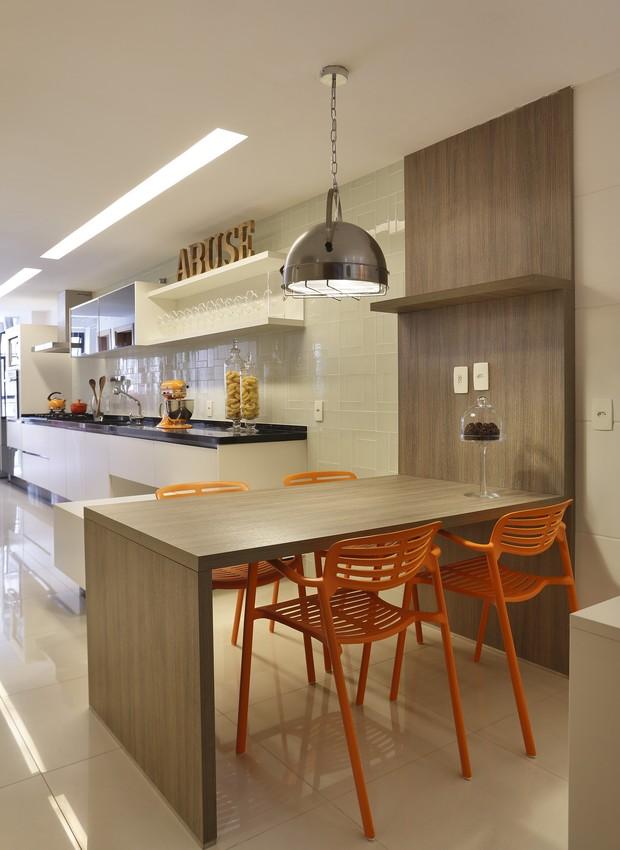 A cozinha do apartamento aposta nos tons neutros (Foto: Denilson Machado/ MCA Estúdio/Divulgação)