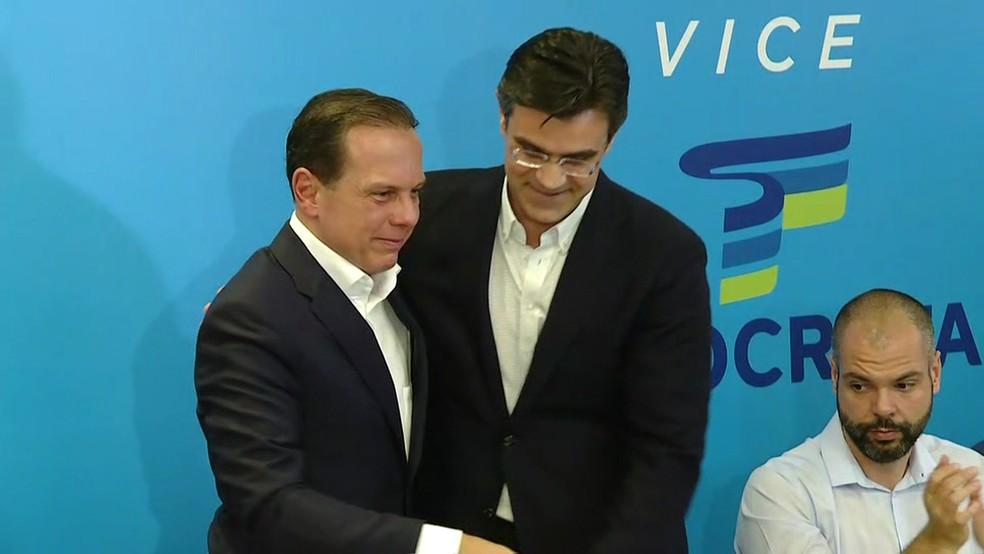 João Doria cumprimenta Rodrigo Garcia  — Foto: Reprodução/TV Globo