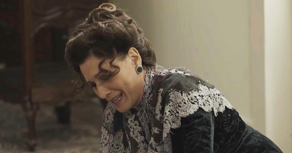 Lady Margareth finge que a filha tentou tirar a própria vida e coloca a culpa em Darcy, que a rejeitou  (Foto: TV Globo)