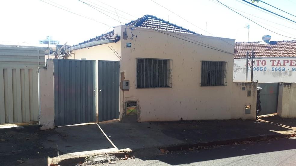 Corpo da mulher foi encontrado dentro de casa, no Bairro São Benedito, em Uberaba — Foto: Tatiane Ferreira/G1