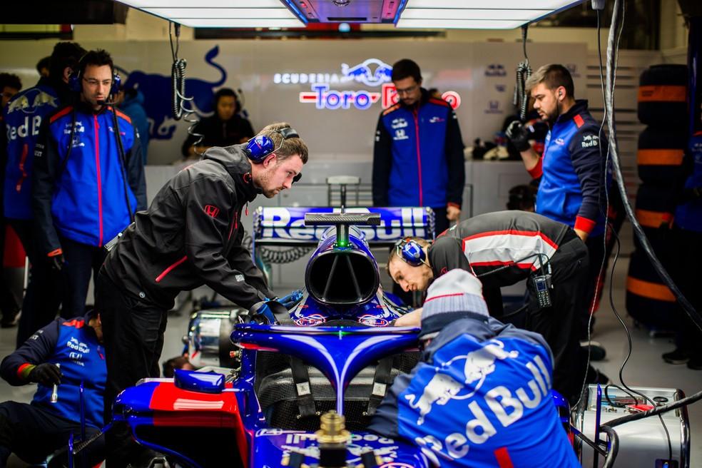 Mecânicos da STR mexem no motor Honda durante os testes coletivos da Fórmula 1 (Foto: Peter Fox/Getty Images)