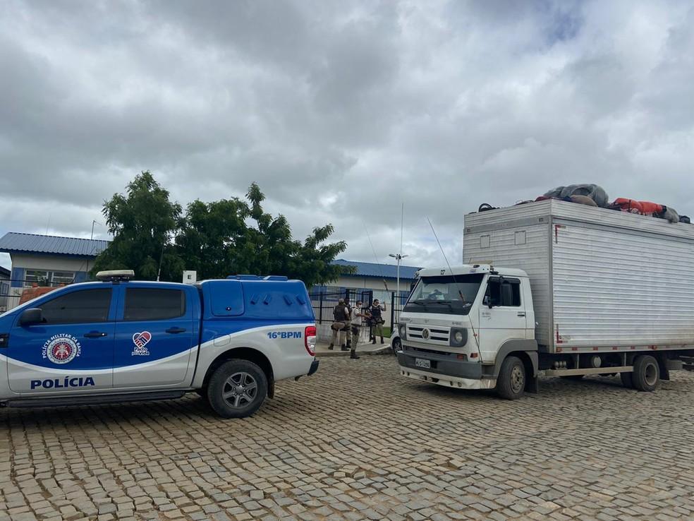 PM apreende caminhão baú com 32 pessoas em Serrinha — Foto: Divulgação/PM-BA