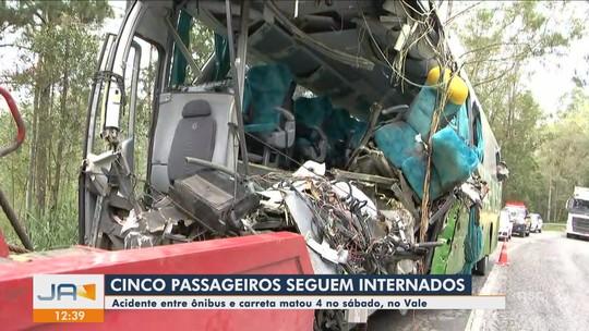 Mais um passageiro recebe alta e 5 feridos em acidente entre ônibus e carreta em SC seguem internados