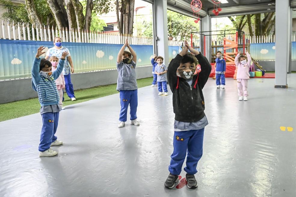 Crianças fazem aula de educação física em uma escola de jardim-de-infância em Medellín, na Colômbia, usando máscaras, no dia 3 de setembro, em meio à pandemia de Covid-19. — Foto: Joaquin Sarmiento / AFP