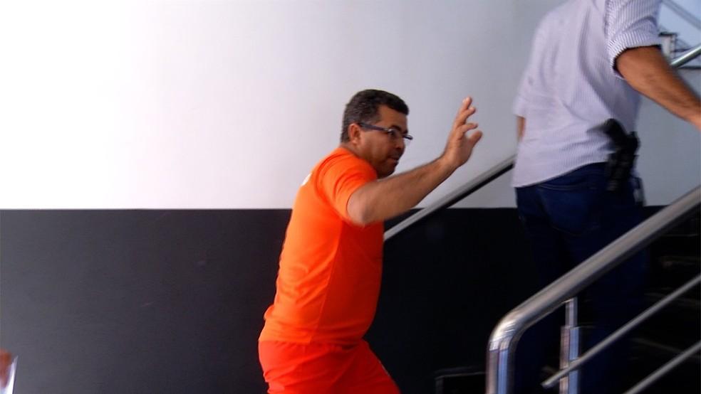 Folha foi levado para prestar depoimento (Foto: TV Anhanguera/Reprodução)