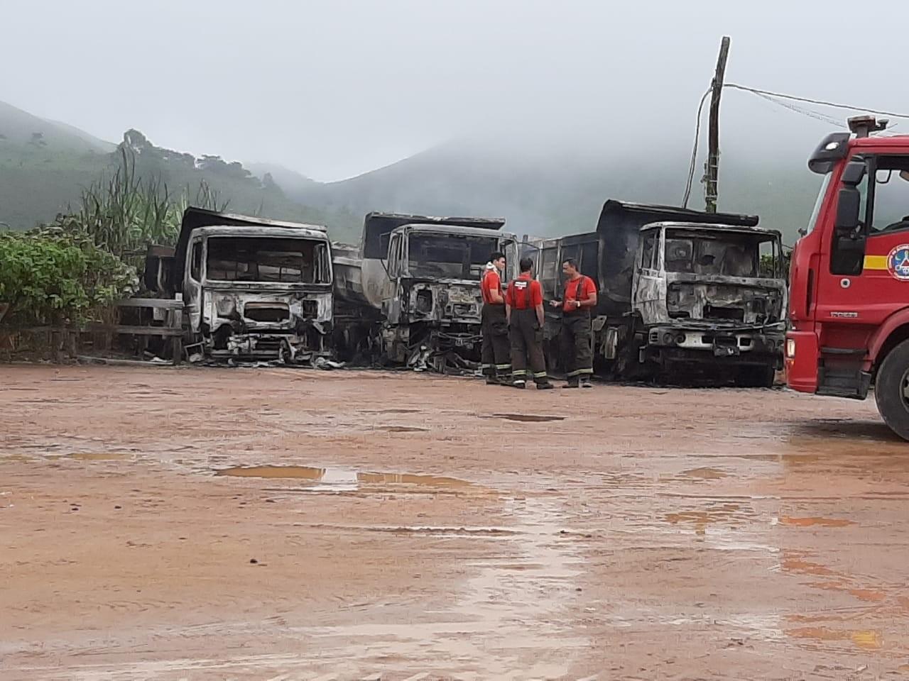 Incêndio destrói caminhões dentro do pátio da Prefeitura de Santa Bárbara do Monte Verde