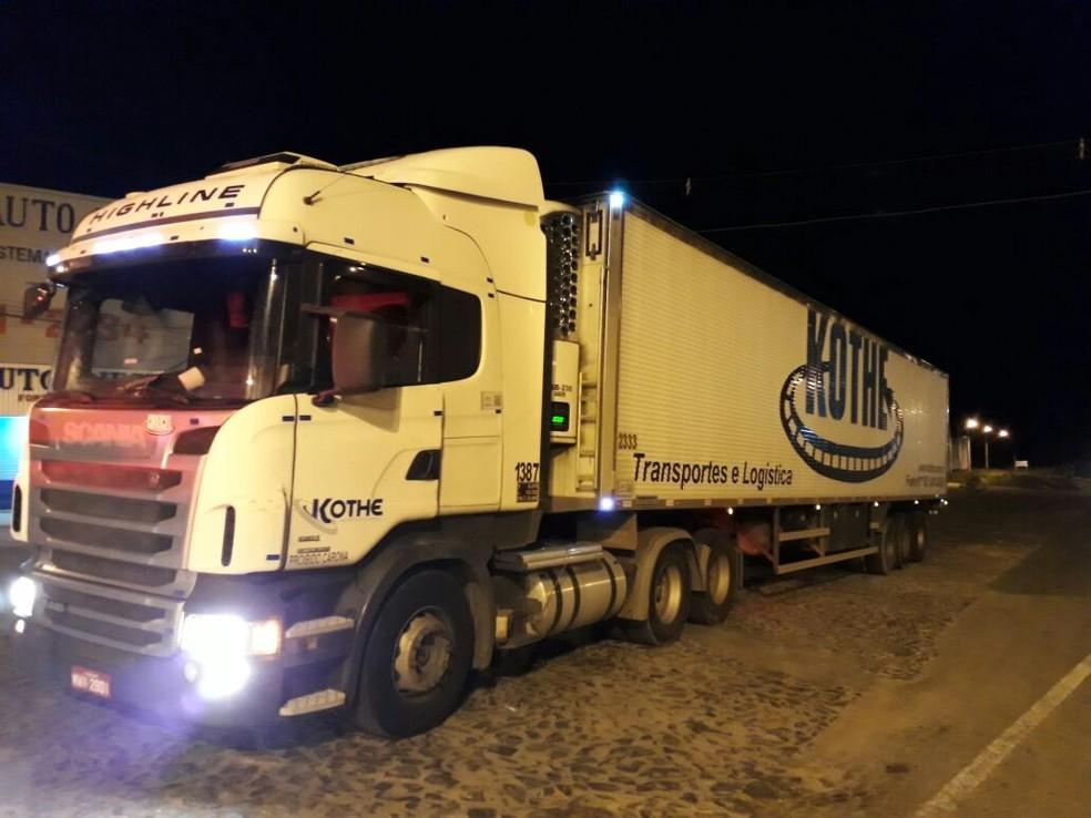 Carreta que fazia o transporte de chocolates tem rastreador (Foto: Polícia Rodoviária Federal / Divulgação)
