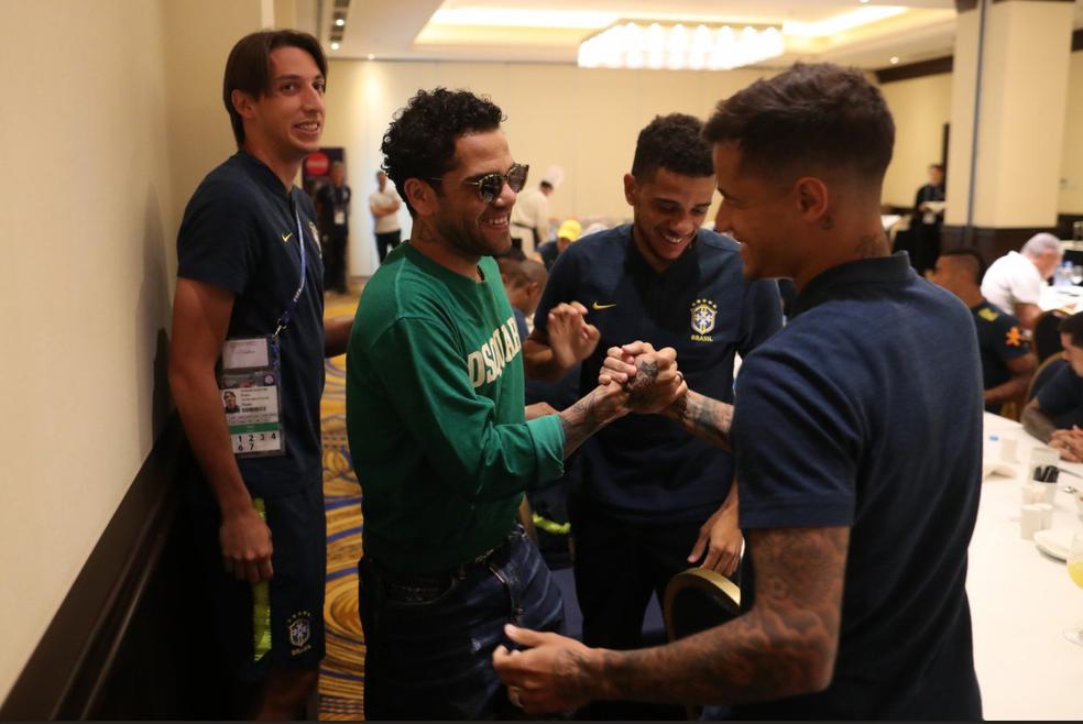 Daniel Alves cumprimenta Philippe Coutinho na concentração (Foto: Lucas Figueiredo/CBF)