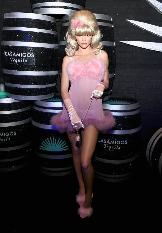 Kendall Jenner foi de fembot, do filme Austin Powers, na festa da tequila Casamigos, em Las Vegas (Foto: Getty Images)